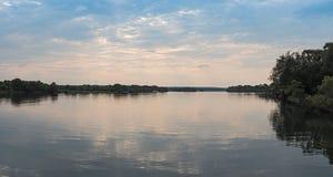 Solnedgång över Zambeziet River nära Livingstone, Zambia Royaltyfri Bild