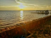 Solnedgång av amasonen fotografering för bildbyråer