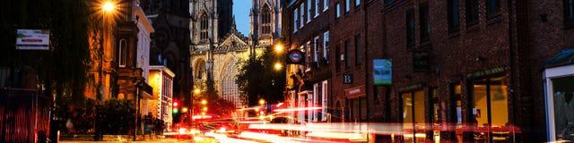 Solnedgång av centrala York, UK, med den York domkyrkadomkyrkan på baksidan Slingan för biltrafik tänder i York, UK Royaltyfria Foton