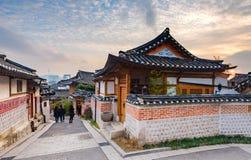 Solnedgång av den Bukchon Hanok byn i Seoul, Sydkorea Royaltyfria Bilder