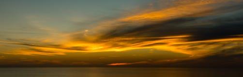 Solnedgång av den La Jolla stranden med röd himmel, Kalifornien Arkivfoton