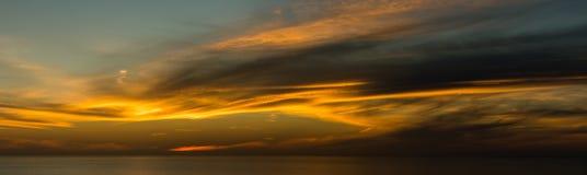 Solnedgång av den La Jolla stranden med röd himmel, Kalifornien Fotografering för Bildbyråer