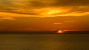 Solnedgång av den La Jolla stranden med röd himmel, Kalifornien Arkivfoto