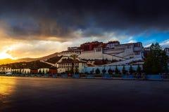 Solnedgång av den Potala slotten i Lhasa Tibet China Fotografering för Bildbyråer