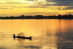 Solnedgång av den thailändska floden Arkivfoto
