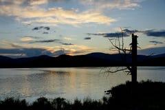 Solnedgång av en sjö Royaltyfri Bild