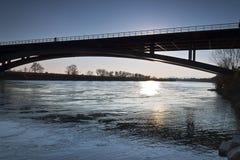 Solnedgång av flodsavaen Arkivfoto
