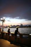 Solnedgång av flodstranden Arkivfoto