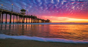 Solnedgång av Huntington Beach Arkivbild