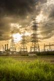 Solnedgång av kraftstationen arkivbild