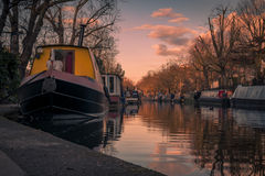 Solnedgång av lilla Venedig i regents kanal, London royaltyfria foton