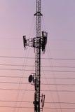 Solnedgång av telefonantennen Arkivfoto