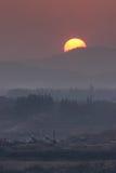 Solnedgång bak berg Arkivbilder