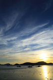 Solnedgång bak berg Arkivfoto