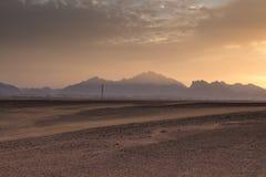 Solnedgång bak bergen i öknen, Egypten royaltyfria bilder