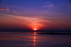 Solnedgång bak berget på sjön Royaltyfria Foton