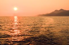 Solnedgång bak den Mljet ön i Kroatien, Europa Mljet ö från en segelbåt Fotografering för Bildbyråer