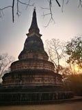 Solnedgång bak den Watumong pagoden Arkivbild