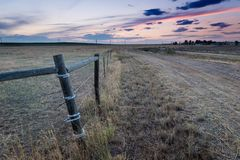 Solnedgång bak fäktning i östliga slättar Colorado Fotografering för Bildbyråer