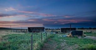 Solnedgång bak fäktning i östliga slättar Colorado Arkivbilder