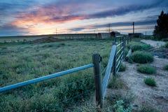 Solnedgång bak fäktning i östliga slättar Colorado Royaltyfri Foto