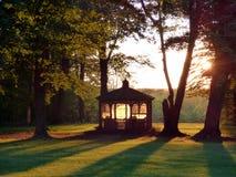 Solnedgång bak gazeboen Arkivfoto