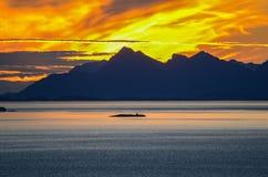 Solnedgång bak Lofoten öar arkivfoton