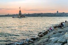 Solnedgång bak Maden'sens torn i Istanbul Fotografering för Bildbyråer