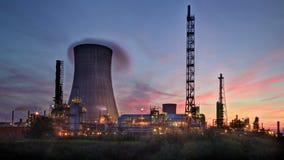 Solnedgång bak raffinaderiet royaltyfria foton