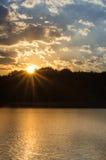 Solnedgång bak sjön Royaltyfria Bilder