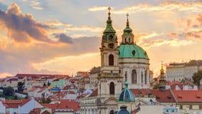 Solnedgång bak timelapse för St Nicolas i Mala Strana i Prague lager videofilmer