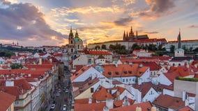 Solnedgång bak timelapse för St Nicolas i Mala Strana i Prague arkivfilmer