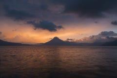 Solnedgång bak Volcan San Pedro på sjön Atitlan Fotografering för Bildbyråer