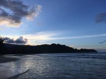 Solnedgång bak Waioli Streem det skrivande in Stilla havet i den Hanalei fjärden på den Kauai ön, Hawaii Arkivfoton