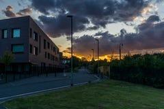Solnedgång bredvid skola Arkivfoto