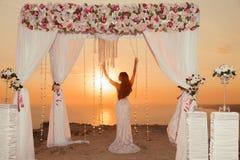 Solnedgång Brudkontur Båge för bröllopceremoni med blommaarra Arkivbilder