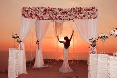 Solnedgång Brudkontur Båge för bröllopceremoni med blommaarra Arkivfoton