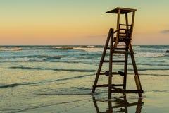 Solnedgång den sista dagen av stranden royaltyfri foto