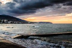Solnedgång efter stormen i det Marmara havet - Turkiet Arkivbilder
