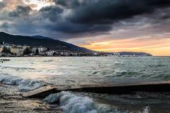 Solnedgång efter stormen i det Marmara havet - Turkiet Arkivbild