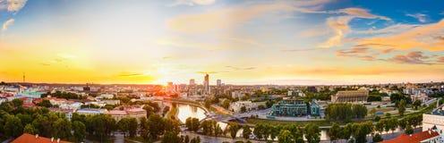 Solnedgång eller soluppgång över Cityscape av Vilnius, Litauen i sommar arkivfoton