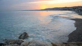 Solnedgång eller soluppgång nära att surfa havet i stad stock video