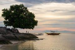 Solnedgång eller soluppgång på den Pamilacan ön, Filippinerna Royaltyfri Fotografi