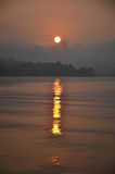 Solnedgång eller soluppgång på den sångKalia floden Arkivbild