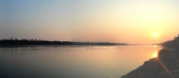 Solnedgång eller soluppgång på Mekong River Ubon Ratchathani Thailand Royaltyfri Foto