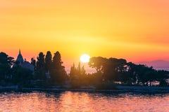 Solnedgång eller soluppgånghimmel ovanför havet Natur väder, atmosfär, lopptema Soluppgång eller solnedgång över havet panorama fotografering för bildbyråer