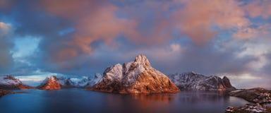Solnedgång- eller soluppgångpanoramautsikt på att bedöva berg i Lofoten öar, Norge, bergkustlandskap, arktisk cirkel royaltyfri foto