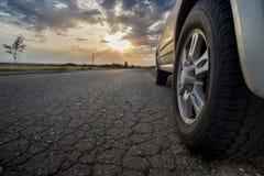 Solnedgång en bil royaltyfri fotografi