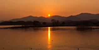 Solnedgång ett berg Arkivbilder