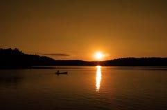 solnedgång för 2 kanot arkivbilder